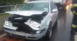 Kolizja aut – osobówka wjechała w tył samochodu dostawczego