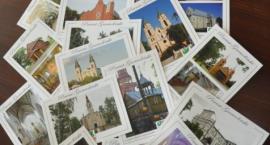 Na rowerach zwiedzą kościoły z pocztówek