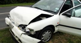 Wypadek – Młody kierowca forda uderzył w mostek – Był pijany