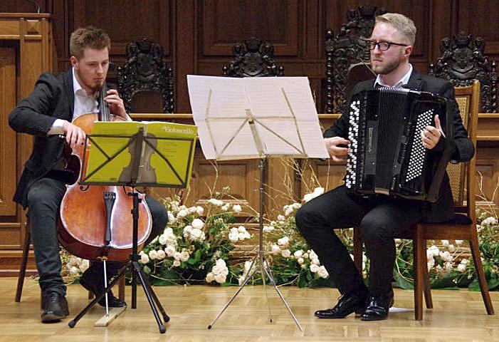 Zapowiedzi, Dźwięki wiolonczeli akordeonu - zdjęcie, fotografia