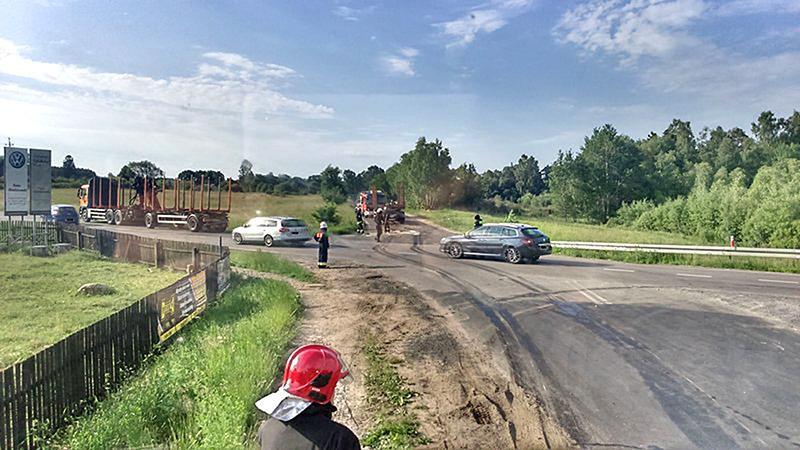 Na drogach, Wjechała ciężarówki - zdjęcie, fotografia