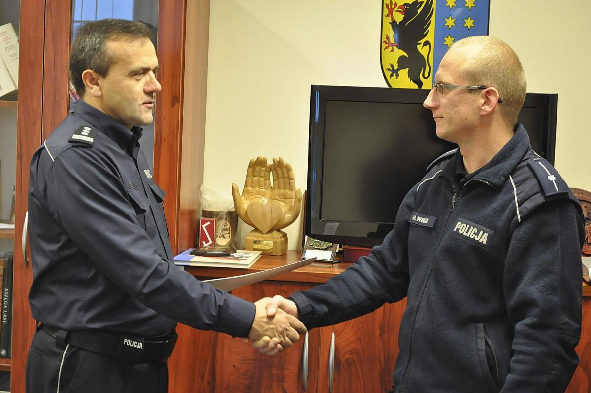 Kryminalne, Złodziej złapany policjant nagrodzony - zdjęcie, fotografia