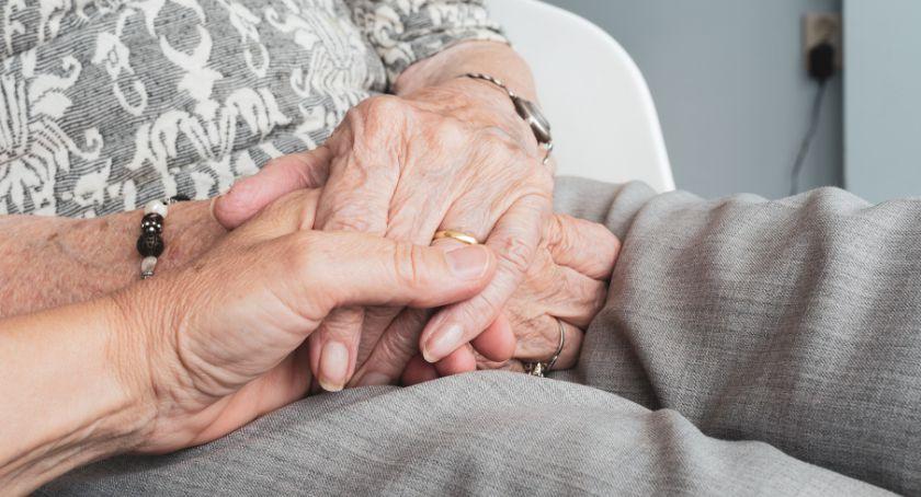 Ludzie, zapewnić opiekę osobie starszej pracujesz - zdjęcie, fotografia