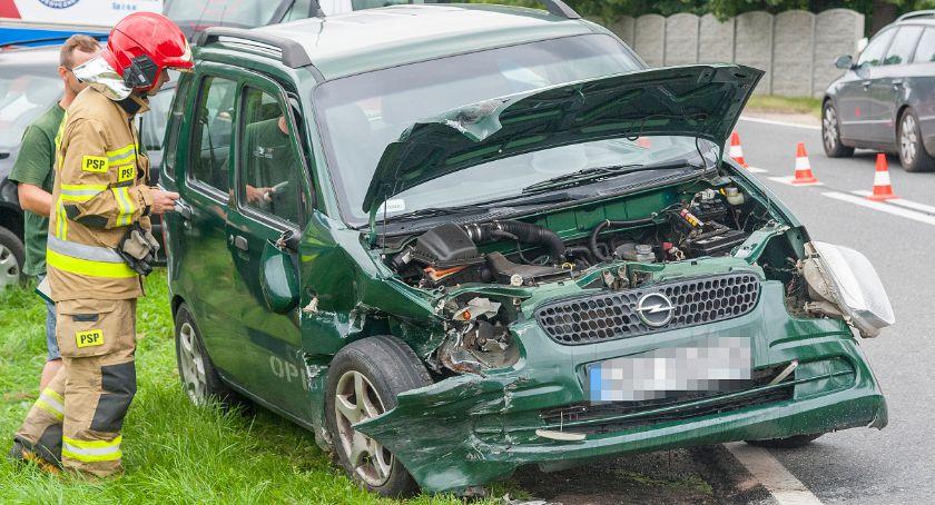 Na drogach, Tuchomiu zderzyły osobówki - zdjęcie, fotografia