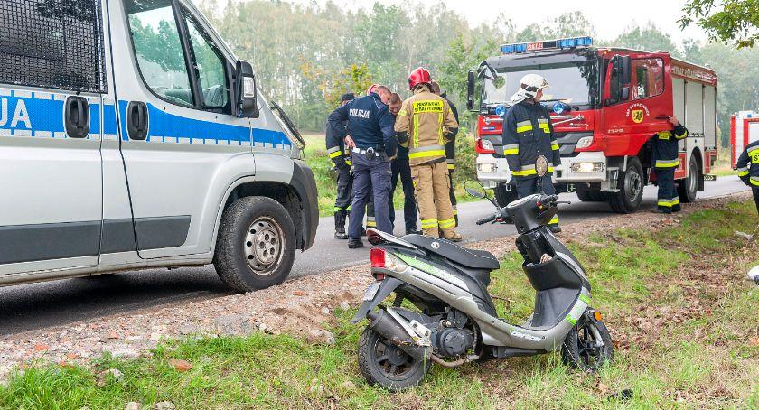 Wypadki drogowe , Kierująca motorowerem wjechała - zdjęcie, fotografia