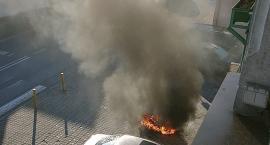 Skuter płonął przy ulicy