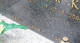 Litery znikają z nagrobków