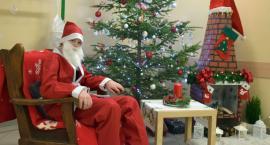 Św. Mikołaj rozdaje prezenty