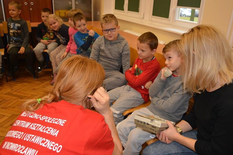 """ponadgimnazjalne, Inowrocławski """"Medyk"""" edukuje przedszkolaków - zdjęcie, fotografia"""