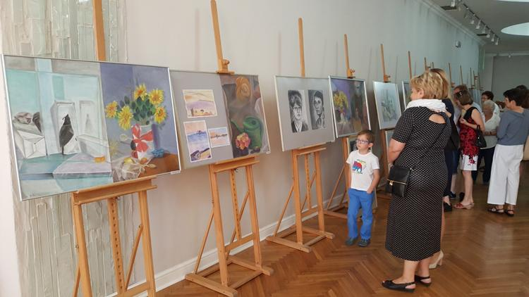 Wystawy, Artyści wystawili swoje prace pokaz - zdjęcie, fotografia