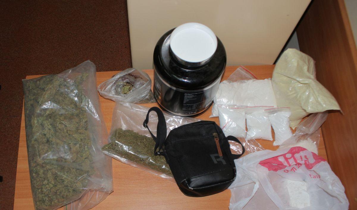 """Komunikaty Policja, Policyjny """"nalot"""" posiadacza narkotyków - zdjęcie, fotografia"""