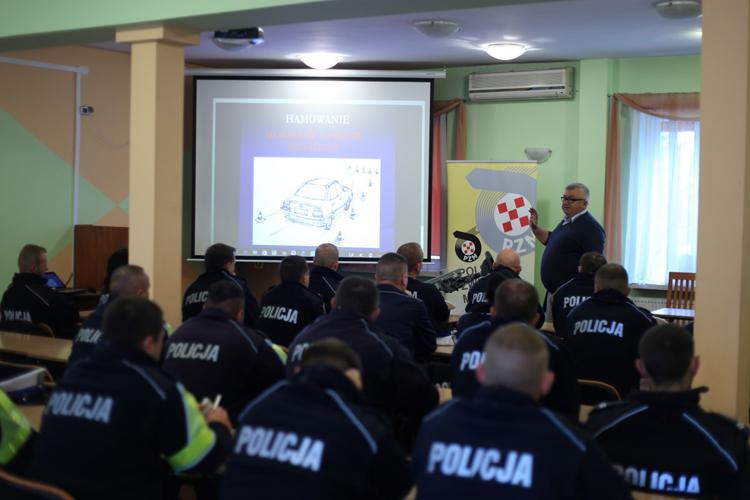 Komunikaty Policja, Kujawsko pomorscy policjanci doskonalili techniki jazdy samochodem - zdjęcie, fotografia
