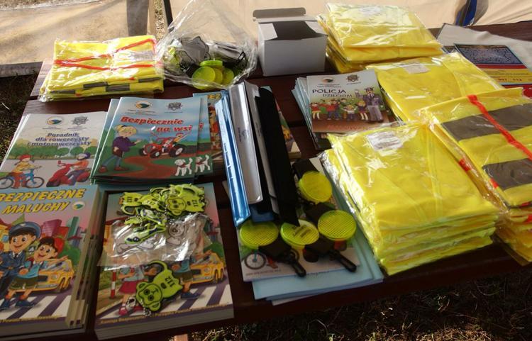 Komunikaty Policja, Policjanci wręczają dzieciom edukacyjne książeczki - zdjęcie, fotografia