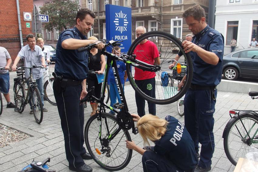 Komunikaty Policja, Policjanci znakowali mieszkańcom rowery - zdjęcie, fotografia