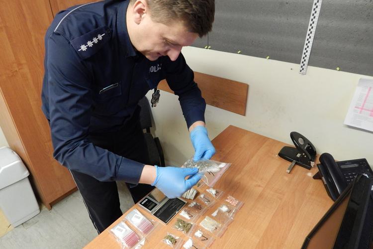 Komunikaty Policja, Odpowie posiadanie narkotyków - zdjęcie, fotografia
