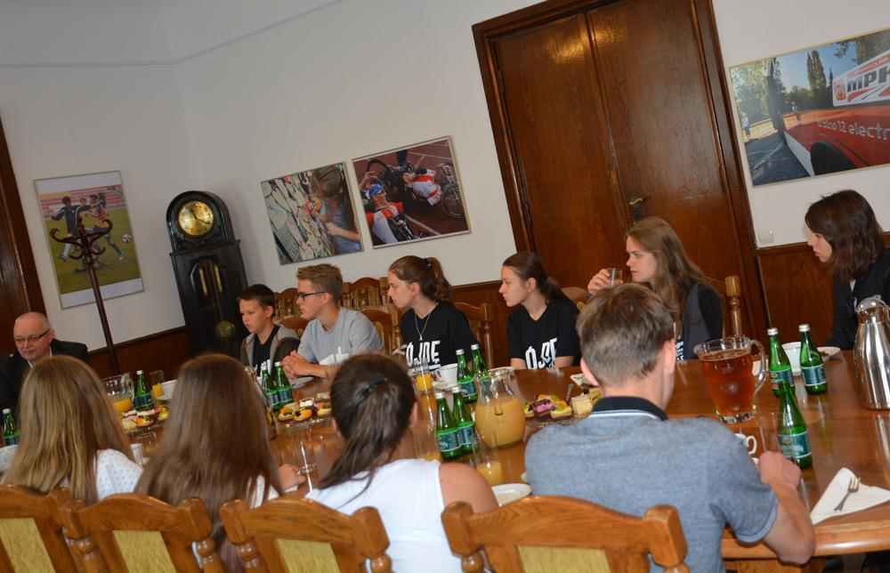 Społeczeństwo, Młodzież Kościoła Zielonoświątkowego wizytą ratuszu - zdjęcie, fotografia