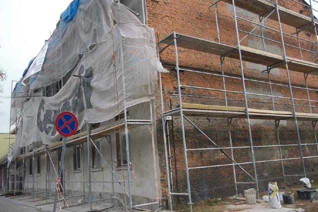 wiadomo, Komunalne budynki remontowane - zdjęcie, fotografia