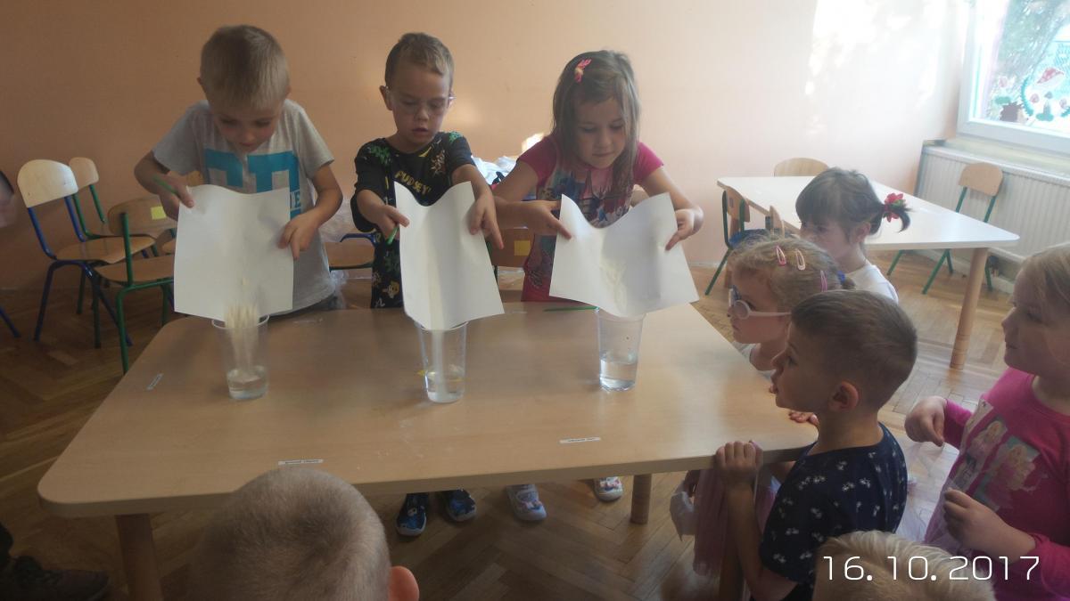 przedszkola, Eksperymenty naukowe dzieci Muzycznej Krainy - zdjęcie, fotografia