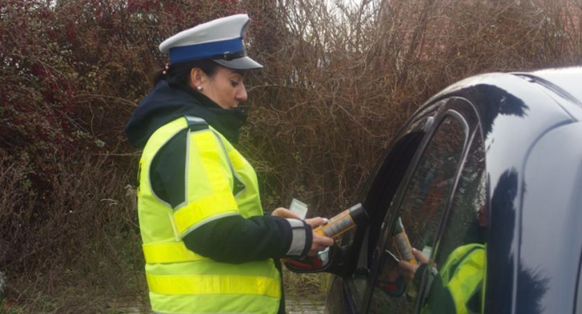 Komunikaty Policja, Policjanci stosują fakultatywne zatrzymanie prawa jazdy - zdjęcie, fotografia
