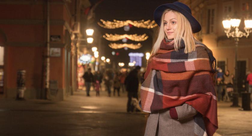 lifestyle, Płaszcze zimowe kurtki puchowe łączy dzieli - zdjęcie, fotografia