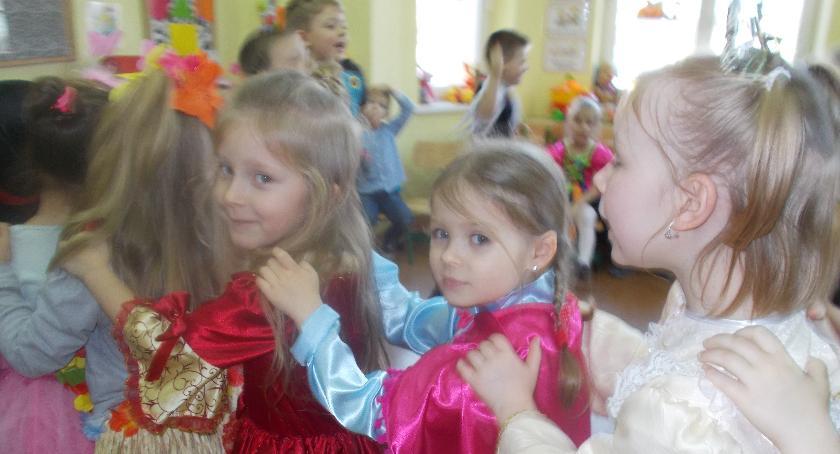 przedszkola, tańcach zwinni wiewiórki - zdjęcie, fotografia