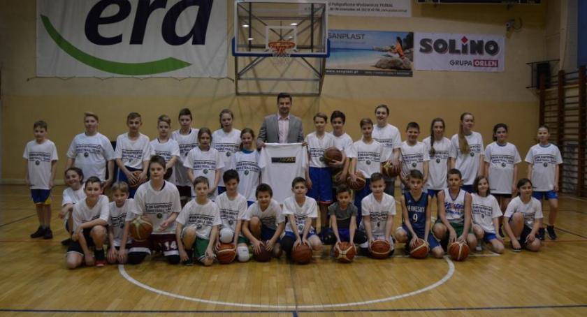 Koszykówka, prezent młodych koszykarzy Kaspra - zdjęcie, fotografia