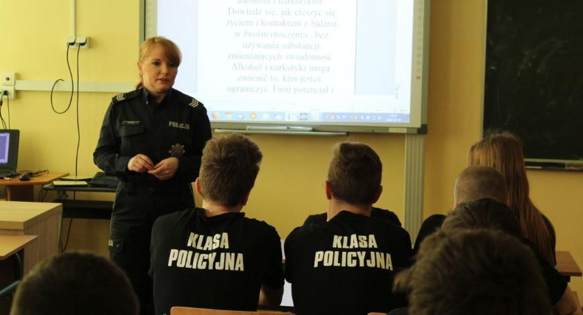 Straż Miejska, Policyjne rozmowy młodzieżą - zdjęcie, fotografia
