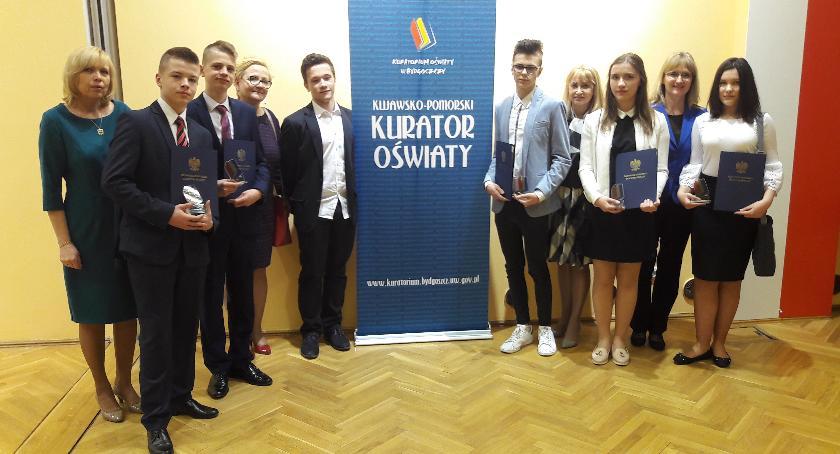 szkoły podstawowe, Najlepsi inowrocławscy gimnazjaliści odebrali dyplomy - zdjęcie, fotografia