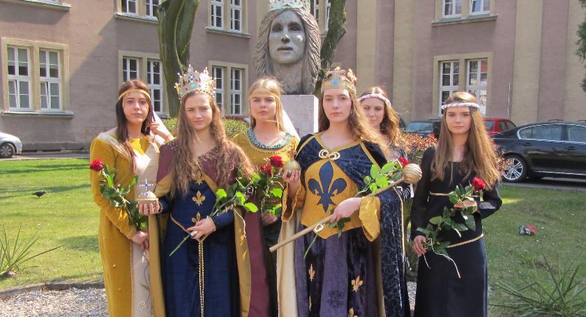 ponadgimnazjalne, rządy objęły królowe - zdjęcie, fotografia