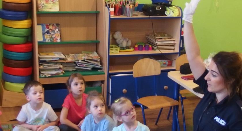 przedszkola, przedszkolakami rozmawiali bezpiecznym drodze - zdjęcie, fotografia