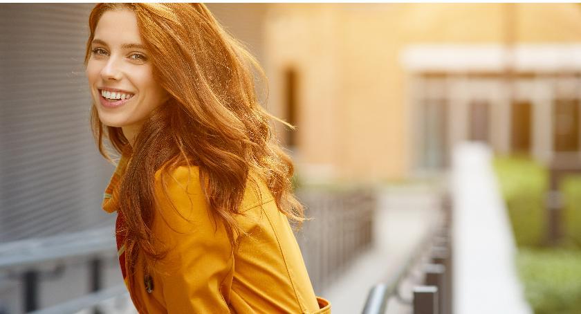 lifestyle, okrycia wierzchnie które mieć szafie każda kobieta - zdjęcie, fotografia