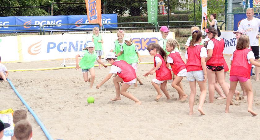 Piłka ręczna, Zawodnicy rywalizują piasku - zdjęcie, fotografia