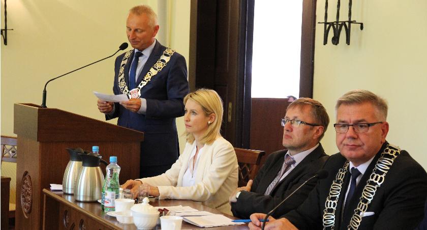 Samorząd, Radni wzięli udziału głosowaniu obniżeniem wynagrodzenia prezydentowi - zdjęcie, fotografia