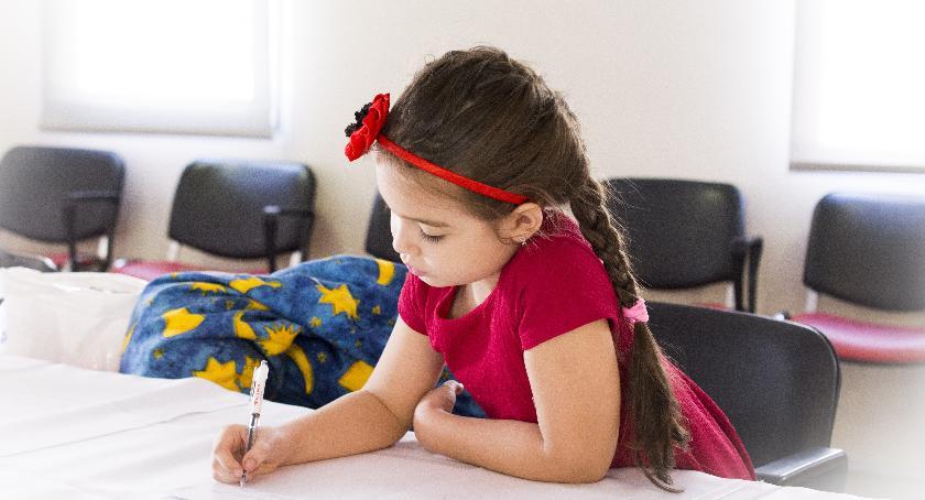 szkoły podstawowe, Krzesło biurowe dziecka trzeba wiedzieć dobrze wybrać! - zdjęcie, fotografia