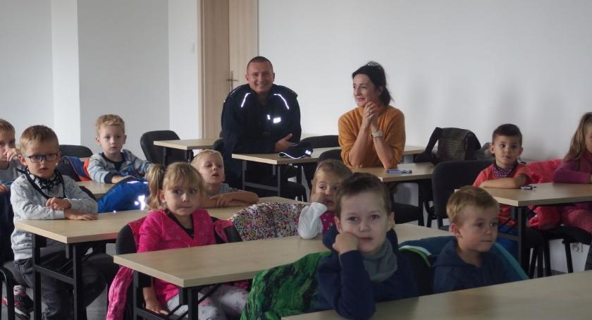 przedszkola, Zwiedzali siedzibę policjantów - zdjęcie, fotografia