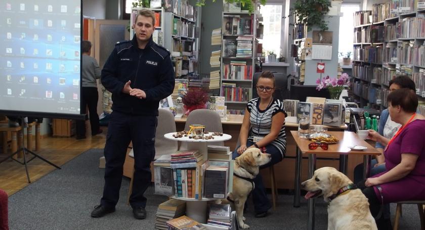 Komunikaty Policja, Cwaniak Marat Iskra bibliotece - zdjęcie, fotografia