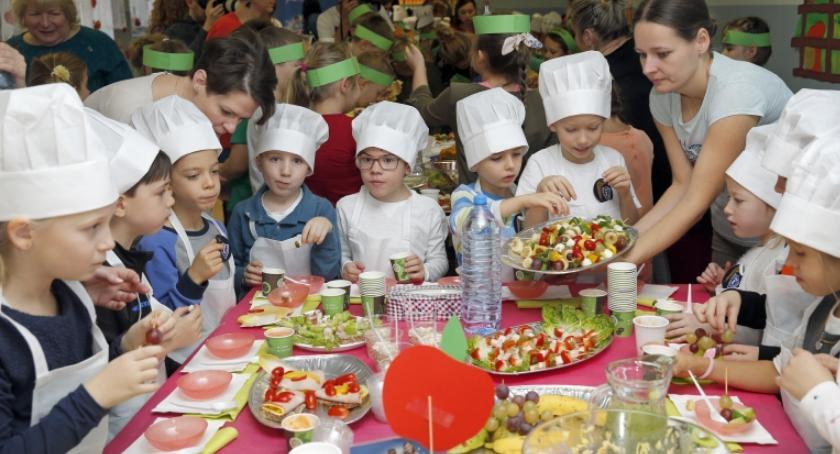 szkoły podstawowe, Uczniowie województwie kujawsko pomorskim świętują Dzień Śniadanie - zdjęcie, fotografia