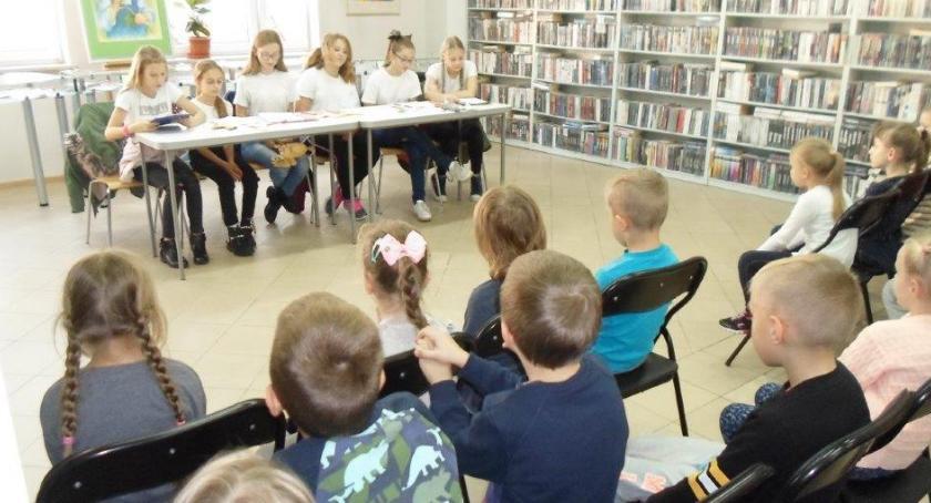 Teatr, Dzieci obejrzały teatrzyk kukiełkowy - zdjęcie, fotografia