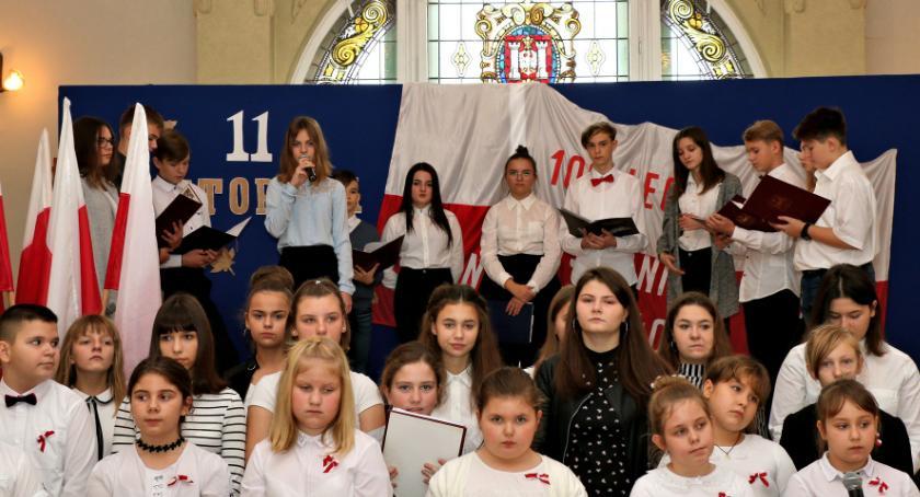 szkoły podstawowe, okazji rocznicy Odzyskania Niepodległości przez Polskę - zdjęcie, fotografia