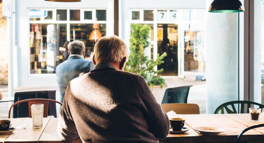 Społeczeństwo, Praca opiekunki osób starszych można wykonywać doświadczenia - zdjęcie, fotografia