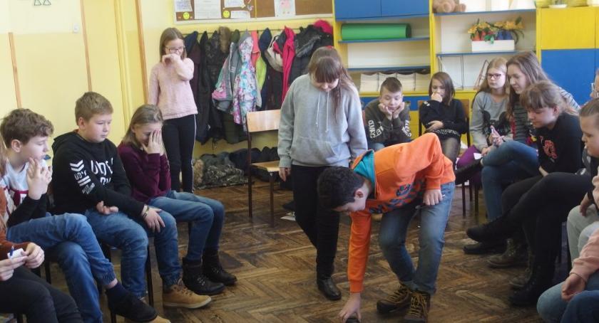szkoły podstawowe, Uświadamianie uczniów wskazywanie kierunków działania - zdjęcie, fotografia