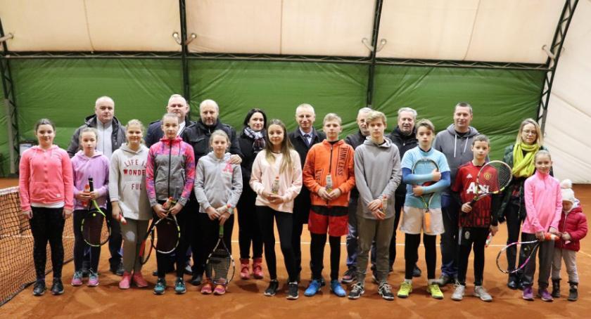 Tenis ziemny, Młodzież rywalizuje kortach - zdjęcie, fotografia