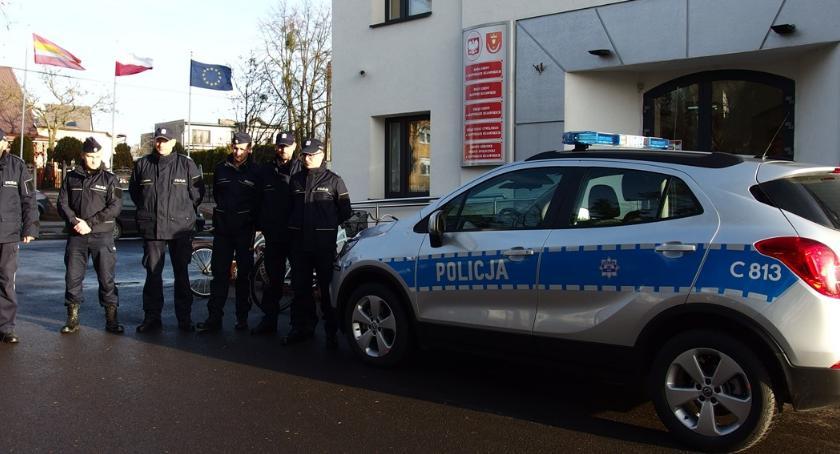 Komunikaty Policja, radiowóz policjantów Złotnik Kujawskich - zdjęcie, fotografia