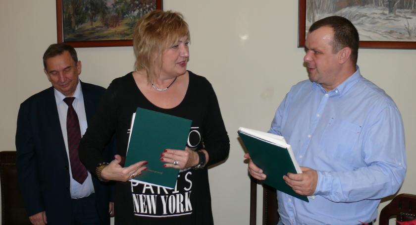 Samorząd, Umowa budowę małego dziecka Kruszwicy podpisana - zdjęcie, fotografia