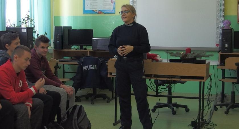 szkoły podstawowe, policjantami rozmawiali odpowiedzialności - zdjęcie, fotografia