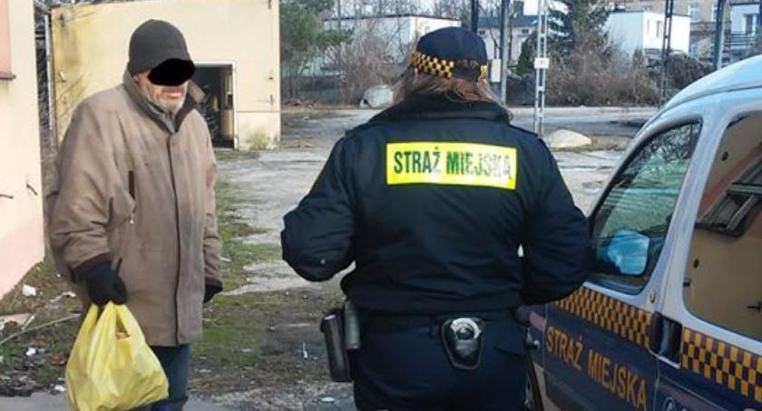 Straż Miejska, Blisko interwencji wobec osób bezdomnych - zdjęcie, fotografia