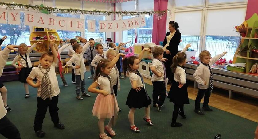 przedszkola, Dzień Babci Dziadkau Kujawskie dzieci - zdjęcie, fotografia