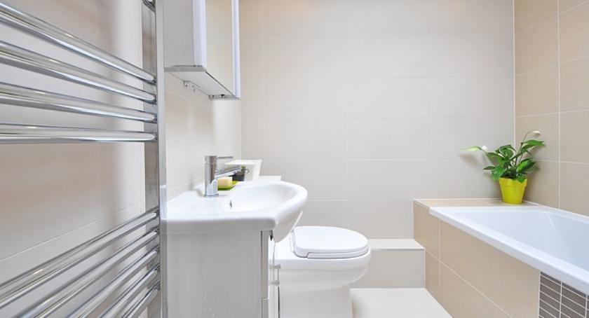 Społeczeństwo, dobrze oświetlić przestrzenną łazienkę - zdjęcie, fotografia