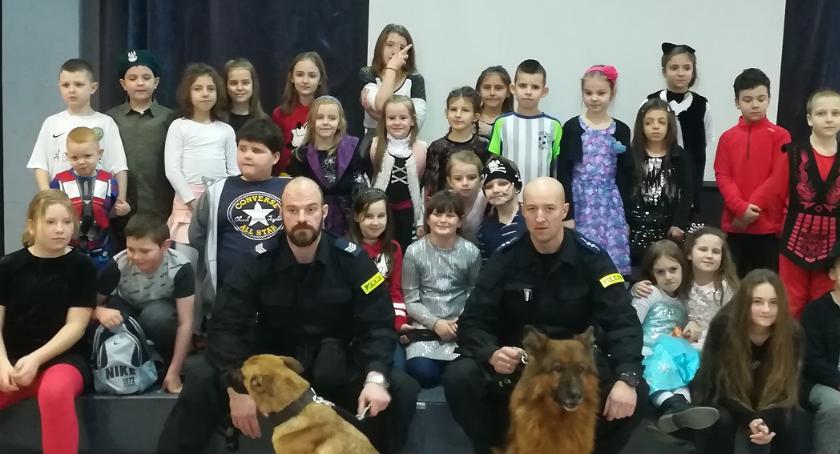 szkoły podstawowe, policjantami rozmawiali bezpieczeństwie psach służbowych - zdjęcie, fotografia