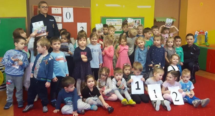 przedszkola, Dzień Numeru Alarmowego obchodzili czytając bajki - zdjęcie, fotografia